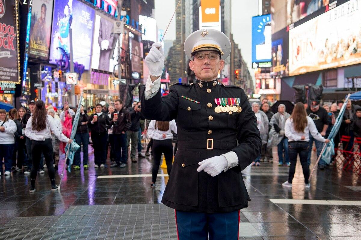 Marines lead the way in NYCs 100th Veterans Day Parade with commandant as grand marshal