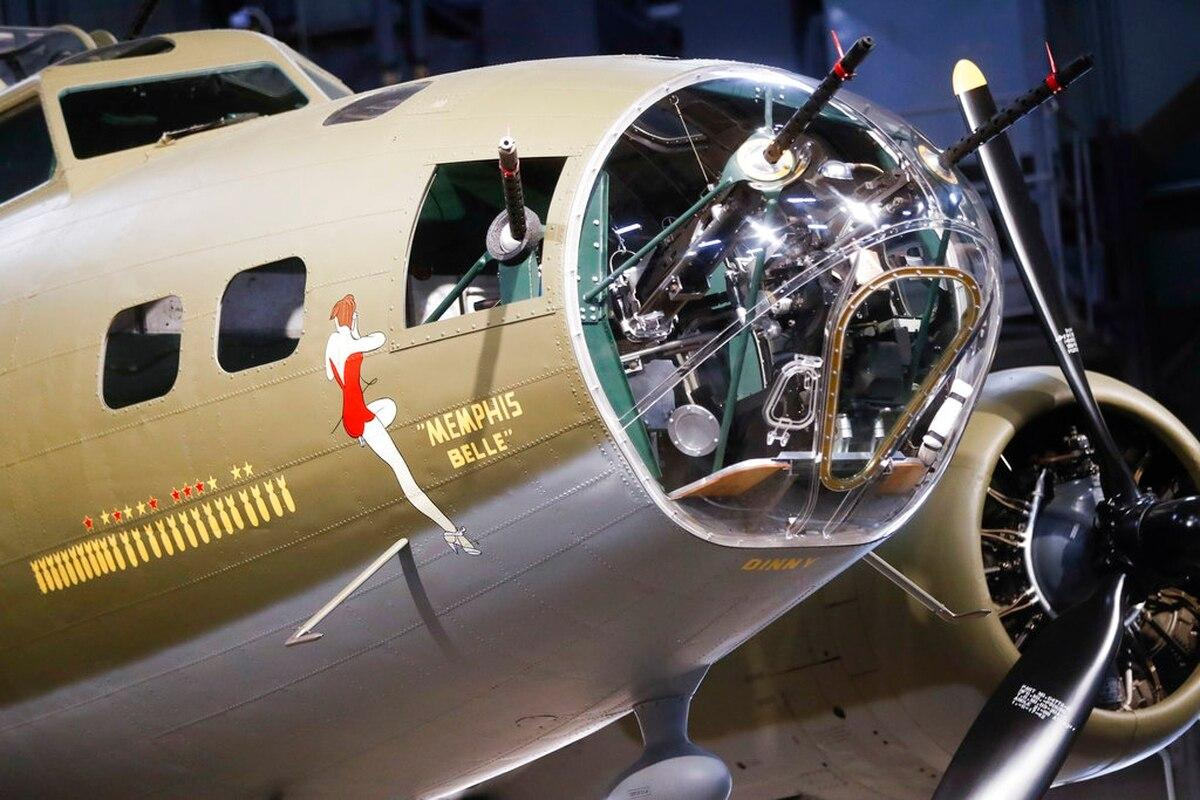 Crews of B-17 Flying Fortress take in Memphis Belle in Color documentary